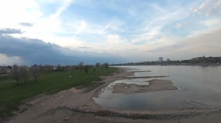 Rhein mit wenig Wasser