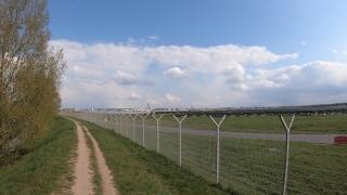 Hinterm Flughafen